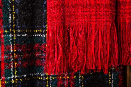 étole mode rouge et écharpe écossais