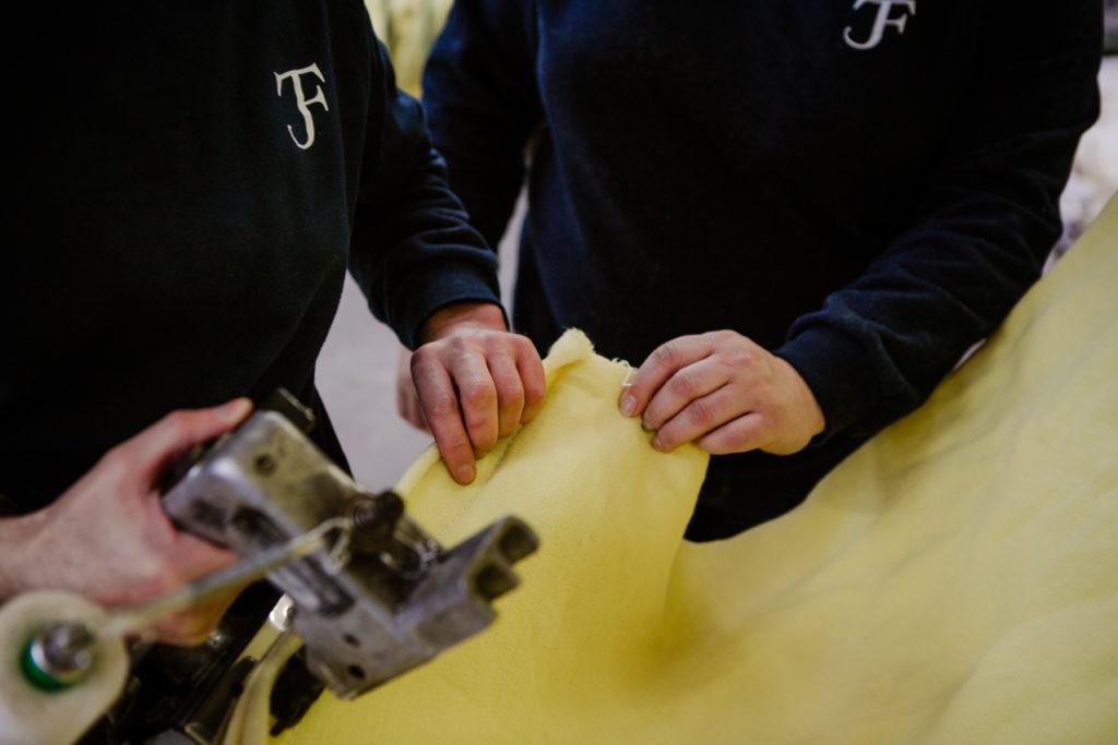 techniciens cousant un tissu